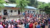 Một gia đình Khơ mú hiến đất, dời nhà để xây trường