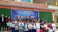 Tặng 300 áo ấm cho học sinh miền núi Con Cuông