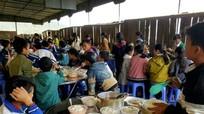 Trao 20 bộ bàn ăn đến Trường THCS bán trú Huồi Tụ