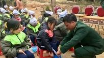 Hàng ngàn quà tặng và quần áo ấm đến với học sinh xã biên giới Bắc Lý