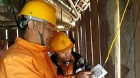 Điện lực Kỳ Sơn trao quà, sửa hệ thống điện cho hộ nghèo