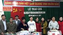 Tặng áo ấm và chăn cho học sinh và hộ nghèo ở Anh Sơn