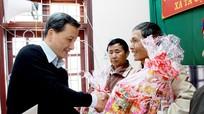 Đồng chí Lê Quang Huy tặng quà tại Kỳ Sơn, Tương Dương