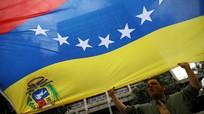 Các nhân viên lãnh sự quán Colombia đi bộ rời Venezuela