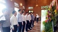 Đoàn công tác TP Hồ Chí Minh dâng hoa tưởng niệm Bác Hồ tại Kim Liên