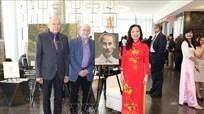 Họa sĩ người Canada vẽ chân dung Bác Hồ: 'Bị lôi cuốn bởi tinh thần nhân văn của Người'