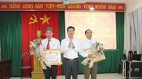 Đảng bộ Cơ quan UBND huyện Anh Sơn trao Huy hiệu Đảng cho các đảng viên