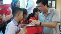Gần 300 suất quà của Phó Chủ tịch Quốc hội Tòng Thị Phóng đến với học sinh nghèo Con Cuông