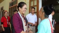 Chủ tịch Ủy ban MTTQ tỉnh Võ Thị Minh Sinh dự sinh hoạt tại Chi bộ bản Xiềng