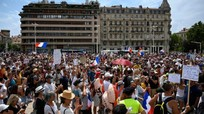 Hàng trăm nghìn người Pháp xuống đường biểu tình chống giấy thông hành y tế