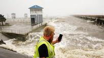 Siêu bão Ida đổ bộ, làm đảo ngược cả dòng chảy sông Mississippi