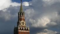 Bộ trưởng Ukraina ăn bánh ga tô trang trí hình tàn tích điện Kremlin của Nga