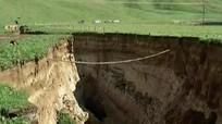 Núi lửa 60.000 năm bất ngờ lộ diện sau mưa lớn
