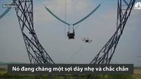 Thiết bị bay giúp con người kéo dây điện trên cao
