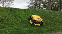 Robot cắt cỏ có thể leo dốc 55 độ