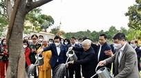 Tổng Bí thư, Chủ tịch nước Nguyễn Phú Trọng trồng cây, tản bộ tại Hoàng Thành Thăng Long