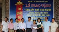 Trao 50 triệu đồng hỗ trợ xây nhà tình nghĩa ở Anh Sơn