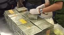 Công an Nghệ An bắt xe tải chở hơn 100 bánh heroin và nhiều bao tải ma túy đá