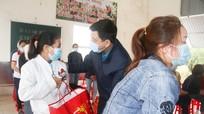 LĐLĐ tỉnh trao 200 suất quà 'Tết sum vầy' cho công nhân ở Quỳnh Lưu