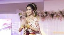 Người đẹp 18 tuổi vừa đăng quang Hoa hậu Campuchia bị chê như học sinh cấp 2
