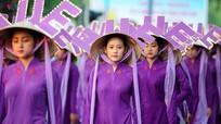 Thiếu nữ Huế diễu hành với nón lá gắn đèn LED gây tranh cãi