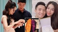 Người yêu Phạm Xuân Mạnh cùng hội bạn gái tuyển Việt Nam khoe quà 'độc' ngày 20/10