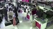 Pin iPhone nổ tung vì bị khách hàng cắn thử