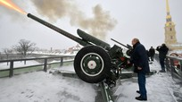 Kim Jong-un bất ngờ sang Trung Quốc; Tổng thống Putin từng chỉ huy trung đội pháo binh