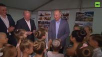 Tổng thống Putin quỳ gối, hôn tay diễn viên nhí múa ba lê theo nghi thức quý tộc