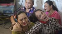 Người dân làng biển Nghệ An khóc ngất, lo lắng chờ tin tức 9 ngư dân mất tích
