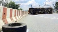 Đang chạy, ôtô khách bị rơi bánh khiến 12 người bị thương