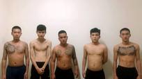 Bắt 11 thanh niên cầm dao hỗn chiến trong đêm