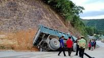 Ô tô đâm vào vách núi ở Nghệ An, 1 người nguy kịch