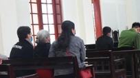 Mẹ già 81 tuổi khó nhọc đến tòa để 'đoàn tụ' cùng con gái lầm lỡ