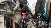Hai xe tải đâm trực diện làm sập quán, 2 lái xe bị thương