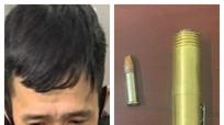 Bắt giữ người đàn ông mang thuốc phiện và súng bút trên người