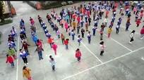 """Học sinh tiểu học vùng biên giới nhảy """"cực chất"""" trong giờ ngoại khóa"""