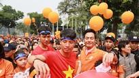Cầu thủ U23 Việt Nam xuống đường đi bộ vì cộng đồng