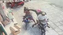 Người phụ nữ ngã nhào vì bị giật dây chuyền 2 lần liên tiếp