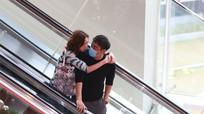 Vợ chồng Hoa hậu Hong Kong quấn quýt như đôi sam dù đã kết hôn 20 năm