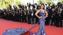 """""""Hoa hậu đẹp nhất thế giới"""" diện váy họa tiết bướm tới Cannes"""