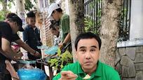 MC Quyền Linh đi dép tổ ong, ăn cơm hộp vỉa hè.