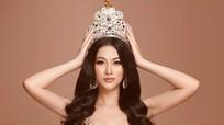 Phương Khánh chụp ảnh với vương miện Miss Earth 3,5 tỷ đồng