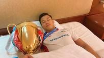 Trung vệ xứ Nghệ Quế Ngọc Hải xin phép vợ 'ngủ với Cup'