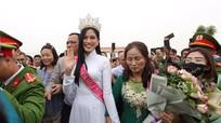 Người dân xếp hàng dài đón hoa hậu Đỗ Thị Hà về quê