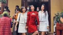 Chi Pu bị chỉ trích vì mặc váy ngắn khi đi lễ chùa đầu năm