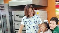 Gần 30 năm tha hương ở Mỹ, chồng tóc dài của Việt Hương đưa con về Việt Nam đoàn tụ