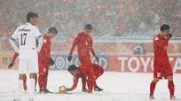 Hình ảnh cào tuyết của U.23 Việt Nam vào đề ôn Vật lý