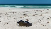 """Nhặt """"rác"""" trên biển, không ngờ là vật cổ nhất thế giới"""