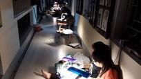 Xúc động hình ảnh học sinh Nghệ An chong đèn ôn bài dưới tiết trời nóng bức